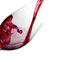 Un verre remplie par le vin qui agit bien sur l'érection